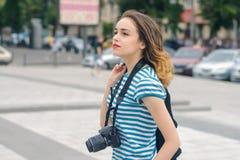 Фотограф женщины идя вниз с улицы Стоковые Изображения RF