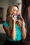 Фотограф женщины фотографируя с ретро камерой фильма Стоковые Фото
