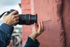 Фотограф используя дополнительные приборы для того чтобы получить влияния на фото стоковые изображения rf