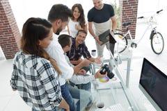 Фотограф и коллеги обсуждая цветовую палитру Стоковые Изображения RF