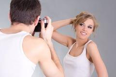 Фотограф и молодой привлекательный представлять женщины Стоковое Изображение