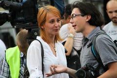 Фотограф Мария Turchenkova смотрит коллеги на оппозиционной встрече Стоковые Изображения