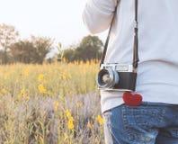 Фотограф молодой женщины с ретро камерой и красное сердце в fl Стоковое Фото