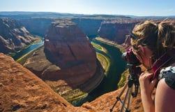 Фотограф молодой женщины туристский в гранд-каньоне Стоковые Изображения RF