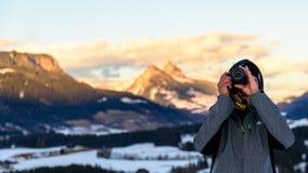 Фотограф на предпосылке горы покрытой с снегом Стоковое фото RF