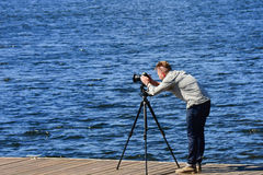 Фотограф на работе на доке на озере стоковые изображения rf