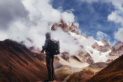 Фотограф на скале Природа принимает фото с пиком камеры зеркала утеса Стоковые Фото