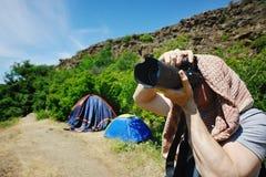 Фотограф одичалой природы снимает ландшафт стоковые фото