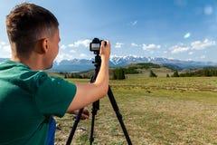 Фотограф перемещения принимая фото природы стоковое фото rf