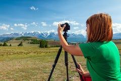 Фотограф перемещения принимая фото природы стоковая фотография rf