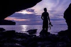Фотограф перед пещерой около моря Стоковые Фотографии RF