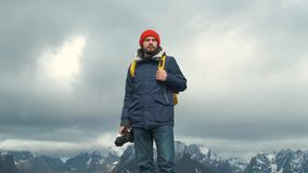 Фотограф портрета на верхнем гора Профессиональный мужчина фотографа принимая фотоснимок долины с носить DSLR акции видеоматериалы