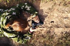 Фотограф принимает фото гусеницы идя на дорогу Стоковые Изображения RF