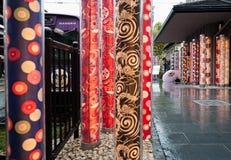 Фотограф принимая линию станцию трамвая Keifuku Randen зонтика фото Arashiyama Randen в Arashiyama, Киото, Японии Arashiyama стоковые изображения