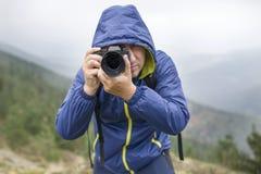 Фотограф принимая фото в горах стоковые изображения