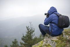 Фотограф принимая фото в горах стоковые фотографии rf