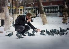 Фотограф принимая фото голубя Стоковая Фотография