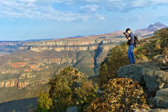 Фотограф принимая фото красивого вида каньона реки Blyde Стоковые Фотографии RF