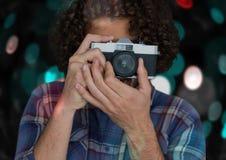 фотограф принимая фото с винтажной камерой Голубые и красные предпосылка и перекрытие bokeh Стоковые Изображения
