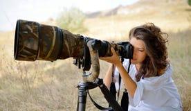 Фотограф профессиональной женщины на поле Стоковая Фотография