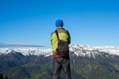 Фотограф путешественника стоит в горы Стоковые Изображения