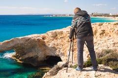 Фотограф путешественника с цифровой фотокамера na górze горы Стоковое фото RF