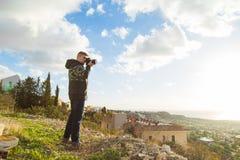 Фотограф путешественника с цифровой фотокамера na górze горы Стоковое Изображение RF