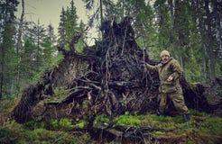 Фотограф работает в лесе, Стоковые Изображения RF
