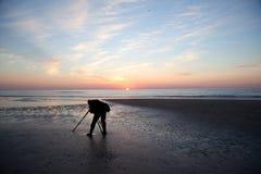 Фотограф самостоятельно на пляже на заходе солнца в Голландии Стоковое Фото