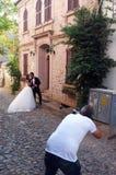Фотограф свадьбы принимая фото пожененной пары Стоковое Изображение