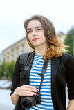 Фотограф стоит на предпосылке города Стоковые Фотографии RF