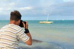 Фотограф сфотографировал старую рыбацкую лодку Стоковая Фотография RF