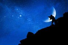 Фотограф фотографирует звезды в горах Концепция перемещения и космоса стоковое изображение
