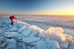 Фотограф фотографирует на речном береге Стоковое Изображение RF
