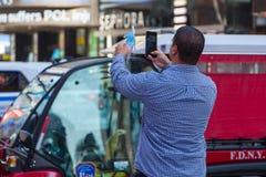 Фотограф человека принимая фото Телефон Mobil в руках Стоковые Фото