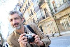 Фотограф человека в улицах города Стоковое Изображение