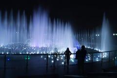 Фотограф людей ночи фонтана стоковые изображения