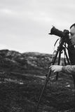 Фотограф Videographer работает в горах стоковые фото