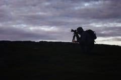 Фотограф Videographer работает в горах стоковое изображение rf