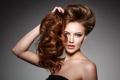 Фотомодель красоты с длинными сияющими волосами Том волн & скручиваемостей стоковые фотографии rf