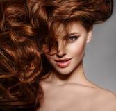 Фотомодель красоты с длинными сияющими волосами Том волн & скручиваемостей стоковые изображения