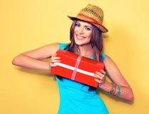 Фотомодель представляя с подарочной коробкой красивейшая красотка eyes женщина портрета природы состава естественная Стоковые Фотографии RF