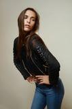 Фотомодель молодой женщины одетая в голубых джинсах Стоковые Изображения RF