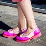 Фотомодель с муфтой в розовых платье и ботинках Стоковые Изображения RF
