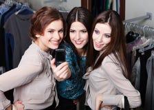 Фотосессия девушек на мобильном телефоне после ходить по магазинам стоковая фотография rf