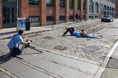 Фотосессия на улице DUMBO на заходе солнца, стоковые изображения rf