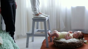 Фотосессия newborn младенца в корзине акции видеоматериалы