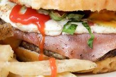 Фотоснимок гамбургера близкий поднимающий вверх Стоковая Фотография