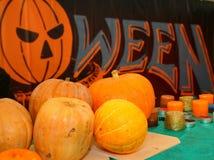 Фотоснимок лежа на тыквах и свечах таблицы для того чтобы отпраздновать хеллоуин Стоковые Изображения