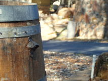 Фотоснимок деревенского бочонка вина с консервооткрывателем бутылки Стоковое Изображение RF